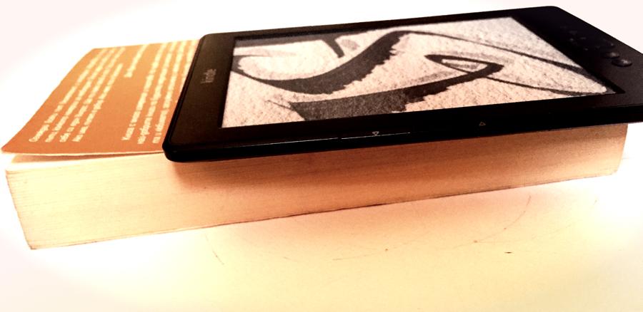Електронен четец или класическата книга, със страници от хартия
